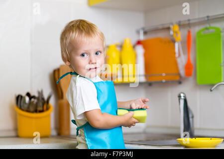 Petit garçon lave-vaisselle Banque D'Images