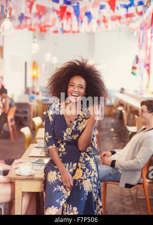 Portrait femme enthousiaste avec afro in cafe Banque D'Images