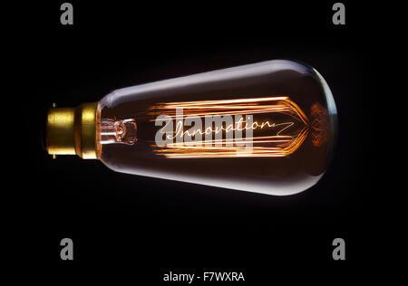 Concept de l'innovation dans une ampoule à incandescence. Banque D'Images