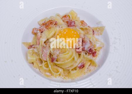Les pâtes à la carbonara avec du parmesan, d'œuf et bacon Banque D'Images