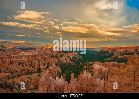 Sunset Point de vue, le Parc National de Bryce Canyon, Utah, pinacles calcaires Wasatch Banque D'Images