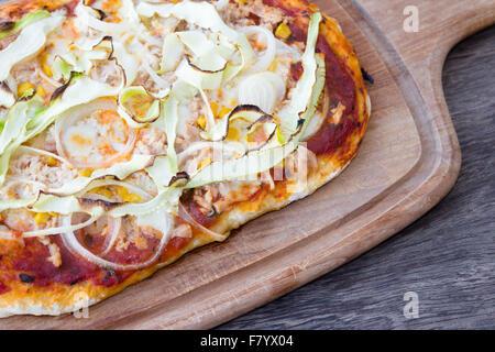 Des pizzas détail sur fond de bois Banque D'Images