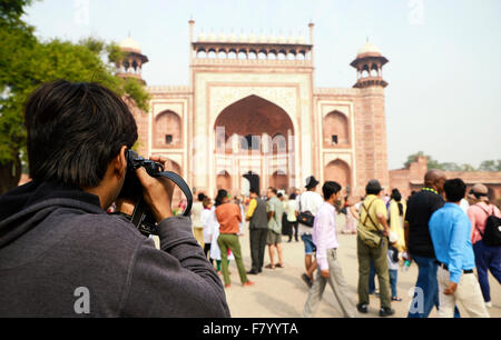 Photographe de tourisme de prendre la photo de porte d'entrée du Taj Mahal Banque D'Images