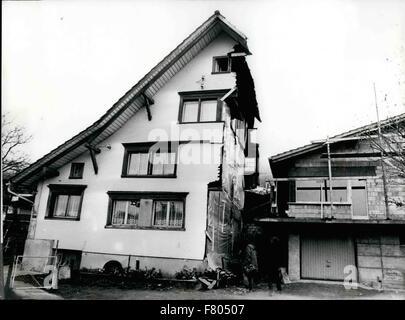 1981 - La moitié de la moitié de l'ancien et nouveau: pendant qu'ils construisent leur nouvelle maison une famille Banque D'Images