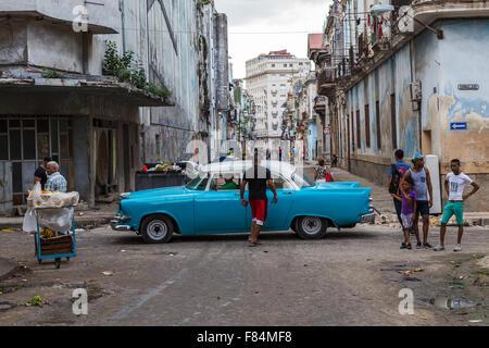 À la recherche sur la Calle Consulado à Cento La Havane, Cuba comme une voiture classique passe certaines sections locales dans les rues.