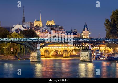 Pont des Arts, Pont Neuf, Notre Dame de Paris Cathédrale de Tours et de Seine. Soirée Illuminée vue. L'Ile de la Banque D'Images