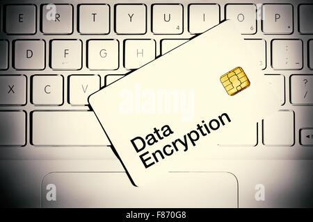 Concept de chiffrement de données. Carte à puce sur un clavier d'ordinateur portable blanc. Banque D'Images