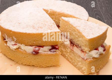 Un gâteau éponge Victoria - studio shot Banque D'Images