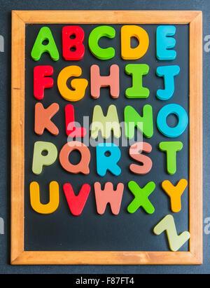 Alphabet de A à Z mot en bois coloré sur tableau noir Banque D'Images