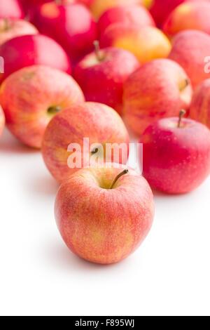 Pommes rouges sur fond blanc Banque D'Images