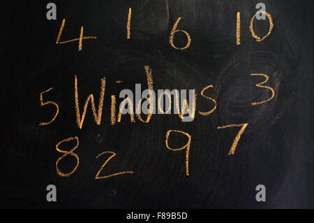 Windows 1 à 10 écrit sur un tableau noir à la craie. Banque D'Images