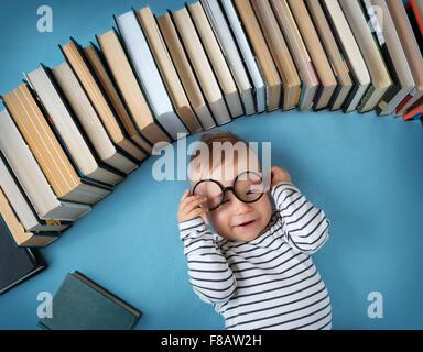 Un an bébé avec spectackles et livres