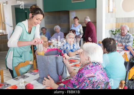 Personnes âgées dans le réfectoire d'une résidence pour personnes âgées autonomes, Dordogne, France. Banque D'Images