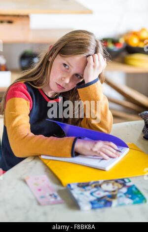 Petite fille de 9 ans fait ses devoirs. Banque D'Images