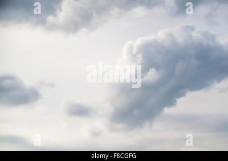 Nuages contre un ciel blanc Banque D'Images