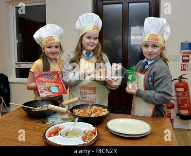 Les élèves de l'école primaire irlandais habillés comme junior chefs. Banque D'Images