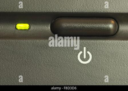 Bouton Marche/Arrêt de l'ordinateur avec la lumière allumé Banque D'Images
