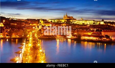 Le Pont Charles, la cathédrale Saint-Guy et le quartier du château, la vieille ville de Prague, République Tchèque