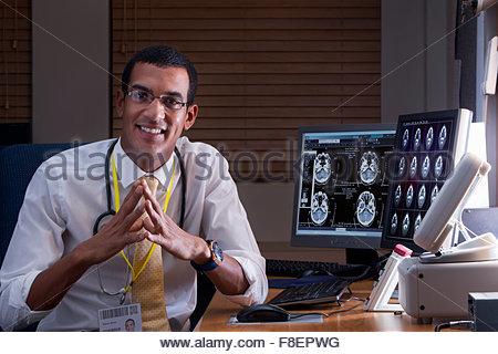 Portrait confiant médecin examen cerveau numérique numérisation en médecin Banque D'Images