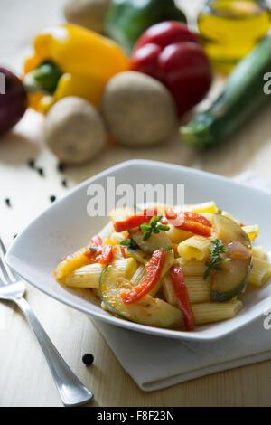 Les pâtes italiennes servi avec sauce aux légumes Banque D'Images
