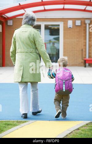 Grand-mère en prenant son petit-fils à l'école