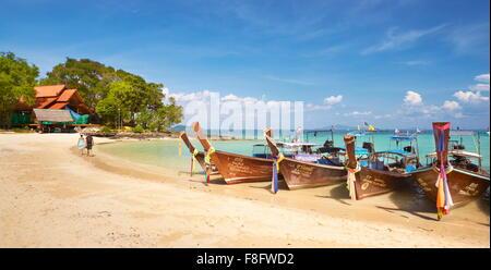 Thaïlande tropical beach - île de Phi Phi, Phang Nga Bay, long tail boats Banque D'Images