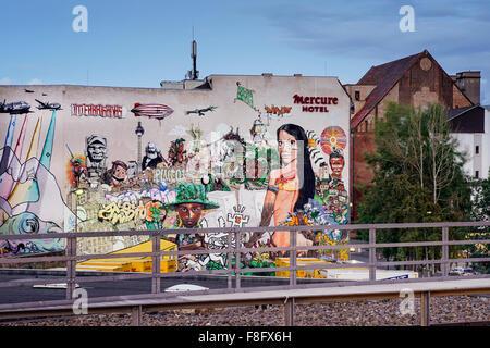 Le projet de graffiti streetart interbrigadas sur la paroi arrière de l'hôtel Mercure à BERLIN