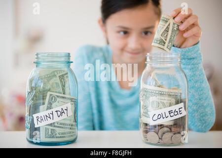 Fille d'économiser de l'argent dans le fonds du collège