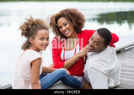 Family smiling on wooden dock Banque D'Images