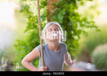 Woman blowing bubble gum bubble Banque D'Images