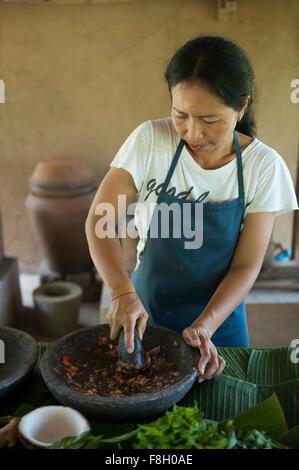 Chef de l'Asie des épices en cuisine extérieure de meulage Banque D'Images