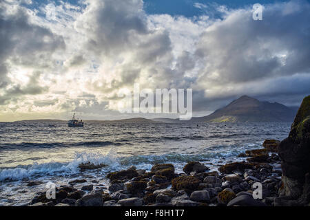 Waves on Rocky beach Banque D'Images