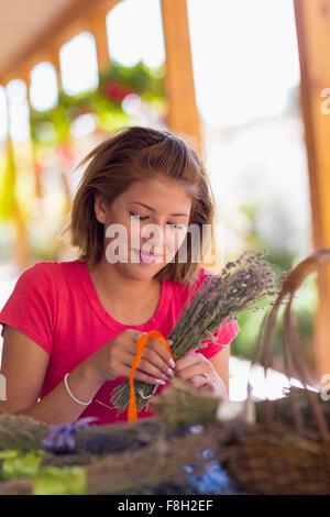 Mixed Race girl lier ensemble de fleurs