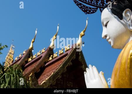 Sculpture de moine en face du temple de Wat Phra Sing - Chiang Rai, Thaïlande Banque D'Images