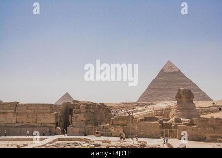 Grand Sphinx de Gizeh avec les pyramides en arrière-fond. Banque D'Images