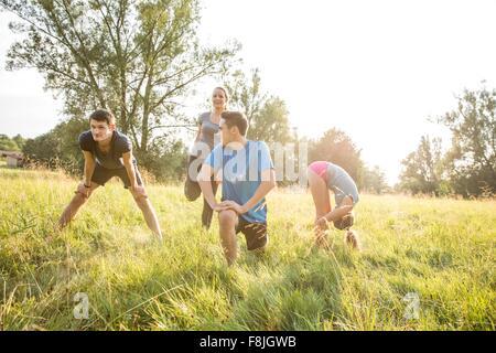 Groupe d'amis qui exercent dans le champ