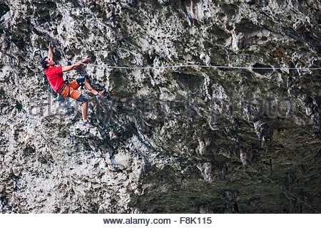 La route escalade grimpeur mâle fou sur Moon Hill dans Yangshuo, Guangxi Zhuang, Chine Banque D'Images