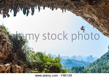 Grimpeur mâle prenant une chute à Odin's Den à côté de Moon Hill dans Yangshuo, Guangxi Zhuang, Chine Banque D'Images
