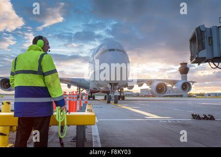 Ingénieur en chef A380 regarder arriver au stand in airport Banque D'Images