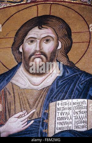 Portrait du Christ Pantocrator tenant une Bible ou le livre saint, une Mosaïque byzantine dans l'Eglise et monastère byzantin de Hosios Loukas ou Hossios Loukas. Distomo Béotie Grèce
