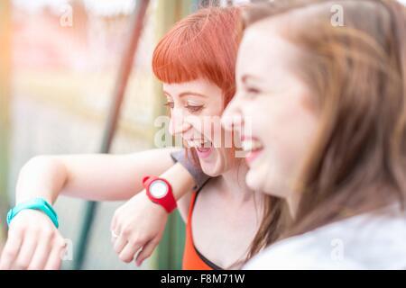 Les jeunes femmes de rire Banque D'Images