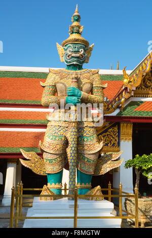Thaïlande - Bangkok, Le Grand Palais Royal, le Temple du Bouddha d'Esmerald, démon géant gardant Wat Phra Kaeo Banque D'Images