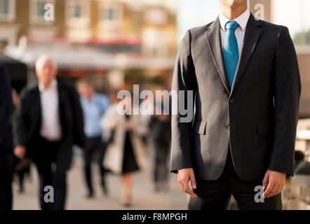 Man in suit, partiellement obscurci, London, UK Banque D'Images