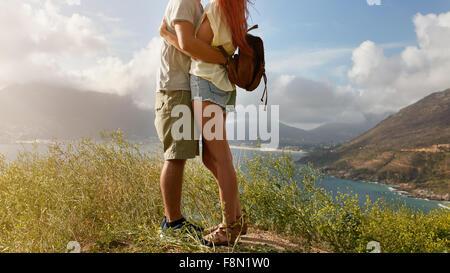 Portrait de l'amour libre en étant debout sur une falaise sur la côte. La section basse image de jeune homme et Banque D'Images