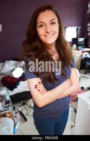Portrait of Teenage Girl dans une chambre en désordre Banque D'Images