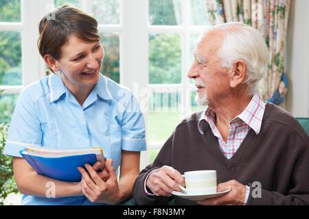 Senior Carer à la maison Banque D'Images