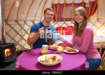 Maison de vacances Couple Enjoying Camping en yourte traditionnelle Banque D'Images