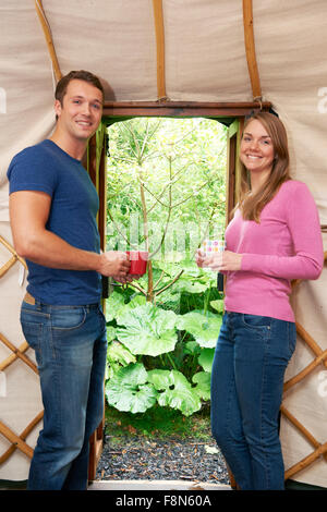 Couple Enjoying Camping De Luxe Maison de vacances en yourte Banque D'Images
