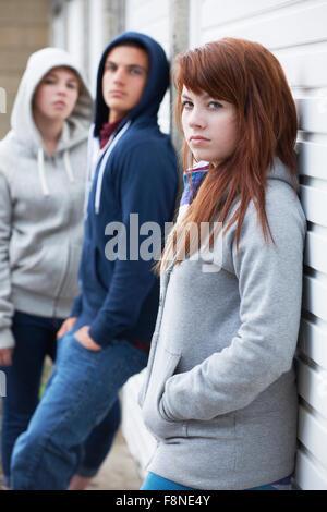 Bande d'adolescents qui traînaient dans l'environnement urbain Banque D'Images