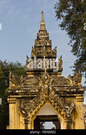Maha Aungmye Bonzan Monastery in Inwa. La Maha Aung Mye Bonzan. bien connu comme Me nu Chêne-kyaung monastère (brique). Banque D'Images